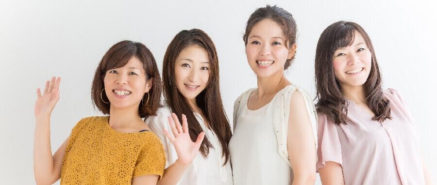 喜ぶ女性4人